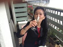 シャンパンを飲む喜久子.jpg