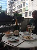 シャンパンを飲む秀雄.jpg