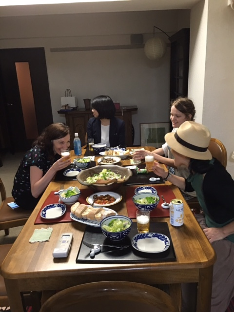 パーティー料理を食べる私達.JPG
