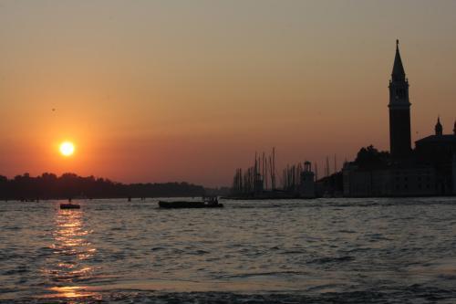 モネが見た風景に似ている、ヴェネツィアの日の出>サンマルコ広場の鐘楼が見える.jpg